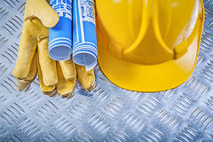 Guanti blu di sicurezza del casco dei disegni di ingegneria sulla m. ondulata Immagine Stock