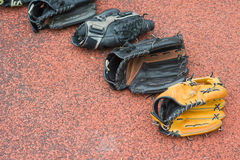 Guanti da baseball su fondo di gomma Immagine Stock Libera da Diritti