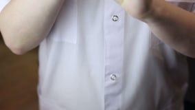 Guanti del vestito da medico sulle mani stock footage