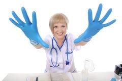 Guanti dell'infermiera che allungano le sue braccia Immagine Stock