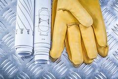 Guanti di cuoio di sicurezza dei disegni di ingegneria sulla lamina di metallo scanalata in Fotografia Stock Libera da Diritti