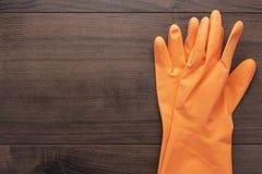 Guanti di gomma arancio di pulizia Immagini Stock