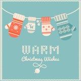 Guanti di lana che appendono su una linea Cartolina di Natale o priorità bassa Fotografia Stock Libera da Diritti