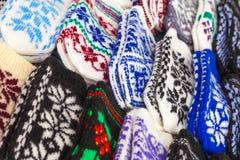 Guanti di lana variopinti sul contatore del mercato immagine stock libera da diritti