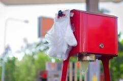 Guanti di plastica eliminabili Igiene nei luoghi pubblici Immagini Stock Libere da Diritti