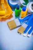 Guanti di sicurezza dei nastri di condotta e strumenti della pittura sopra Fotografia Stock
