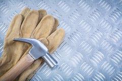 Guanti di sicurezza del cuoio del martello da carpentiere sul construc scanalato in della lamina di metallo Immagine Stock Libera da Diritti