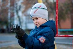 Guanti di usura del ragazzo Fotografie Stock Libere da Diritti