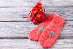 Guanti e decorazioni di Natale tricottati rosa Fotografie Stock
