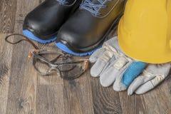 Guanti e scarpe delle maniche dell'attrezzatura protettiva fotografie stock libere da diritti