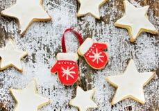 Guanti festivi del pan di zenzero e glassa dipinta stelle Fotografia Stock