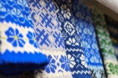 Guanti lettoni fatti a mano blu e bianchi della lana I guanti rustici lettoni, stile etnico hanno tricottato l'inverno dei guanti immagini stock libere da diritti