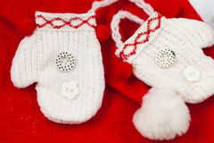 Guanti miniatura bianchi di Natale di paia Fotografia Stock