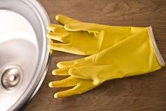 Guanti per lavare i piatti Fotografie Stock Libere da Diritti