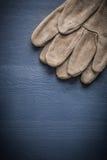 Guanti protettivi di immagine di Copyspace sul bordo di legno Fotografia Stock Libera da Diritti