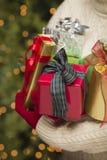 Guanti rossi di festa che tengono i regali di Natale Fotografia Stock Libera da Diritti