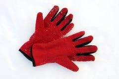 Guanti rossi sulla neve immagine stock