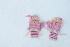 Guanti tricottati di lana su neve Fotografie Stock