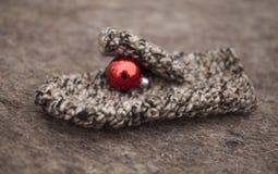 Guanto con un giocattolo di Natale Fotografia Stock