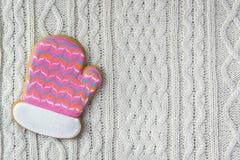Guanto del biscotto dello zenzero su fondo tricottato bianco Immagine Stock Libera da Diritti