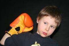 Guanto di inscatolamento della holding del ragazzo fotografia stock libera da diritti