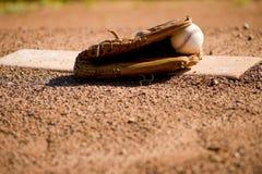 Guanto e sfera di baseball sul monticello della brocca Fotografia Stock Libera da Diritti