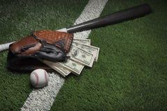 Guanto mezzo di baseball in pieno di soldi su un campo con un pipistrello e una palla Fotografie Stock Libere da Diritti