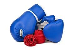 Guantoni da pugile blu e fasciatura elastica rossa Fotografie Stock