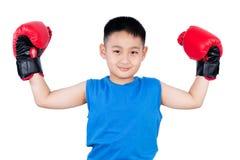 Guantoni da pugile d'uso del ragazzo cinese asiatico con la vittoria Immagine Stock Libera da Diritti