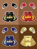 Guantoni da pugile e shorts tailandesi del pugile fissati Fotografia Stock