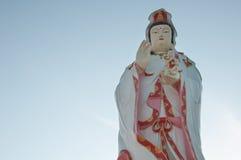 Guanyin auf Hintergrundhimmel Stockbilder