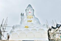 Guanyin bij de vissen van Wat Huai kang in Chiang Rai stock foto's