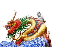 Guanyin Buddha och den kinesiska Dragon Statue på den kinesiska templet Arkivfoton