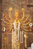 Guanyin de oro con mil brazos Imágenes de archivo libres de regalías