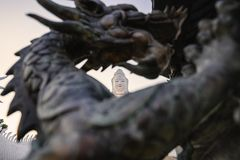 Guanyin della statua attraverso il drago della scultura fotografia stock