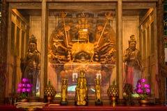Guanyin mil mãos da imagem do deus para fazer da madeira que cinzela no templo chinês, Tailândia foto de stock royalty free