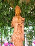 Guanyin se hace de la madera del hinoki Año Nuevo chino Viaje a bendecir Señal de la tierra de Hinoki en Chaiprakarn imagenes de archivo