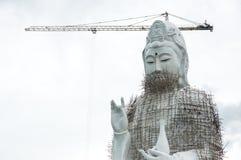 GuanYin staty under konstruktion i tempel Royaltyfria Foton