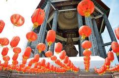 Guanyin y linternas rojas en el templo chino Penang, Malasia Imagen de archivo