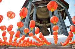 Guanyin y linternas rojas en el templo chino Penang, Malasia Fotografía de archivo libre de regalías
