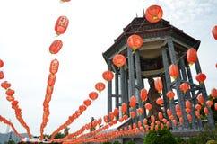 Guanyin y linternas rojas en el templo chino Penang, Malasia Foto de archivo libre de regalías