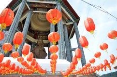 Guanyin y linternas rojas en el templo chino Penang, Malasia Imagen de archivo libre de regalías