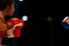 guard som kickboxing thai kvinnor för muay avstånd arkivfoton