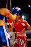 guard som kickboxing thai kvinnor för muay cirkel royaltyfri bild