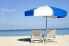 Guarda-chuva azul e branco Imagens de Stock