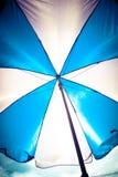 Guarda-chuva azul e branco Foto de Stock