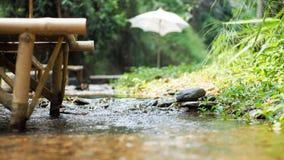 Guarda-chuva branco no ribeiro Fotografia de Stock Royalty Free