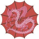 Guarda-chuva chinês vermelho brilhante redondo com as agulhas de confecção de malhas marrons e um dragão cor-de-rosa-branco com a ilustração stock