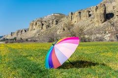 Guarda-chuva colorido colocado na grama em Sunny Day fotografia de stock