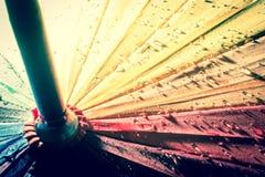 guarda-chuva colorido Multi-colorido com todas as cores do arco-íris com pingos de chuva Imagens de Stock